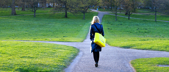 Länk till menygruppn Kommun & politik, med bild på promenerande kvinna